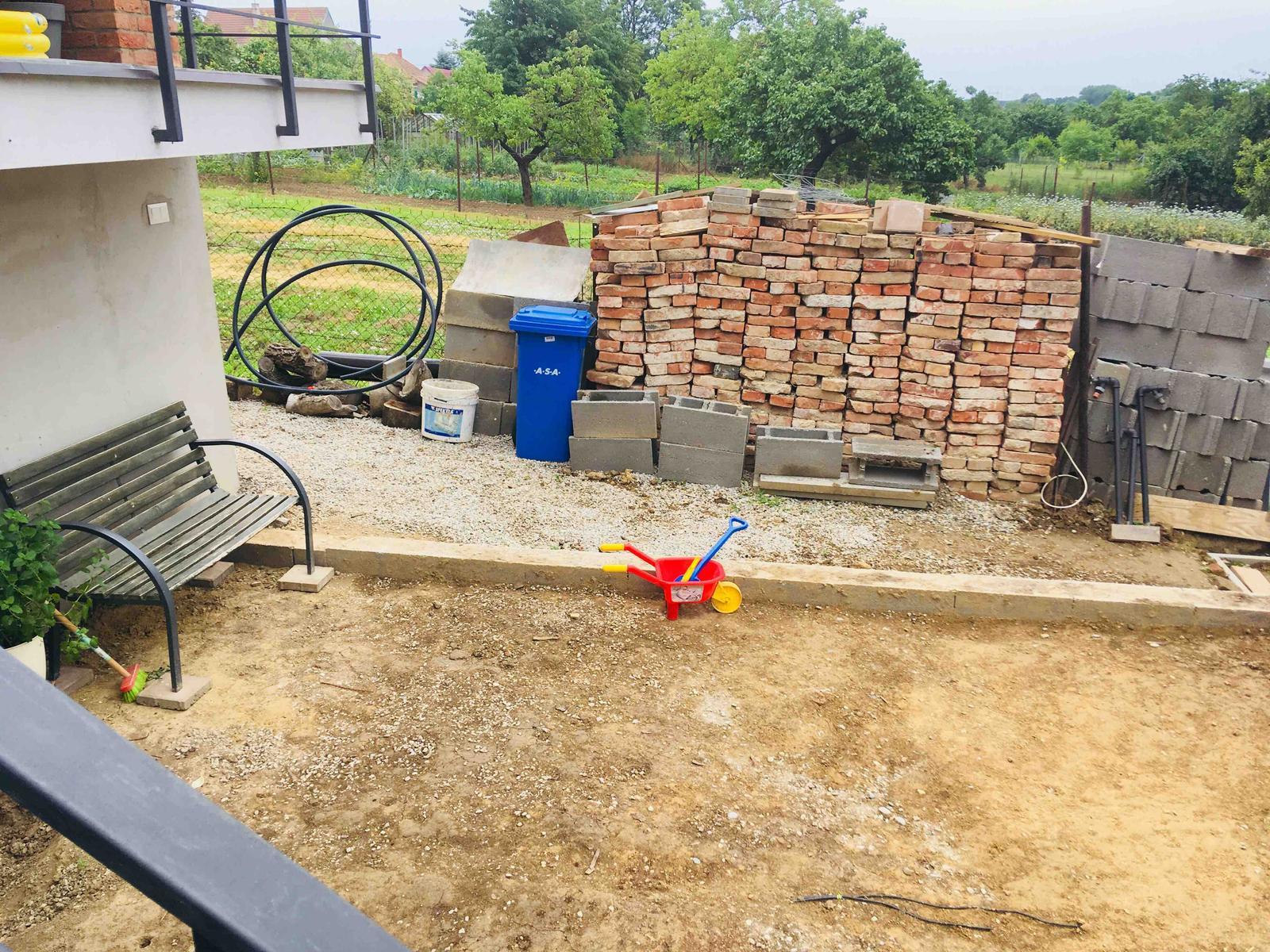 Názov stavby 3 - in da garden - cez víkend navozíme makadam na terasu, synáčik už je ready