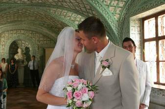 novomanželský polibek ...