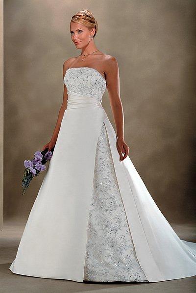 Janka a Karol  30.6.2007 - Moje svadobné šaty...z toho množstva šiat, ktoré som si skúšala, som si nakoniec vybrala .... :-)