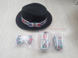 Folklorny set na redovy - klobuk, traky a motylik pre lasku a folklorny opasok na moje cervene saty