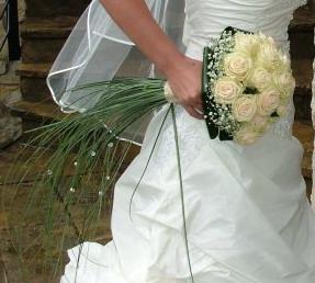 Prípravy na deň D - No nakoniec sme s mojou úžasnou kvetinárkou poskladali kyticu z baža ruži, niečo na tento štýl, ale s menšími obmenami!! Už sa teším na výsledok :))
