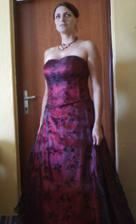 šaty s bižuterii