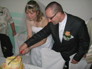 Krajení dortu.