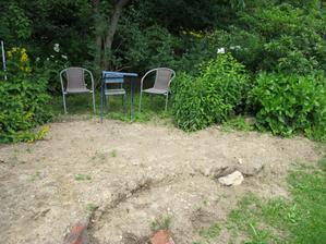 celé vydláždit (židličky provizorní ) nechat tu dřevěný zahradní nábytek za 7tis. tak ho ukradnou