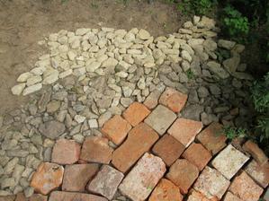 světlejší kameny jsou od bláta až oprší ztmavnou