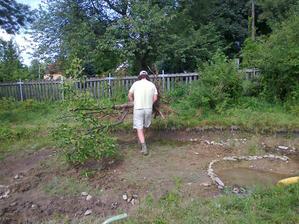 překročíme zahradní jezírko