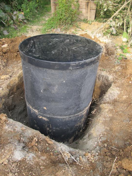 Začátek našeho budování - studna ještě obetonovat :-)