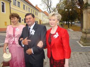 svadobný tatko si vedie dve krásne svadobné mamičky :-)