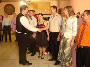 družba sa lúči so svadobnými hosťami