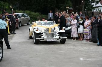 Slávnostný príchod svadobného páru na hostinu.