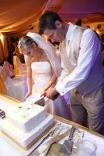 Polnočné krájanie svadobnej torty.