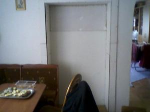 vyklenok v kuchyni, čo tam dať okrem poličiek, nejaku tapetu ale jaky vzor?