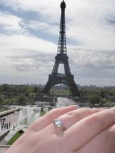 moj prstienok, na pozadi miesto kde ma drahy poziadal o ruku