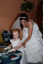 Ještě obléknout družičku, toho se chopila maminka nevěsta