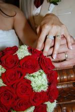 a takhle krásný prstýnky máme:-), měla jsem si ovšem sundat zásnubní, trochu se to bije, budu ho nosit na druhé ruce