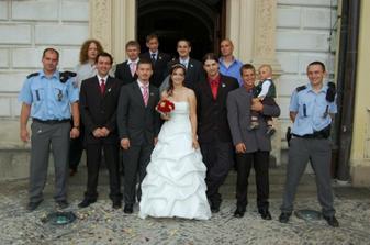 nevěsta se fotila se všama svobodnejma pánskejma svatebčanama