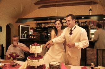 Krájení svatebního dortu, byl úžasně dobrý