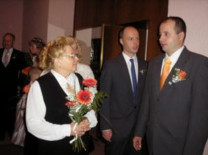 ..před obřadem, ženich s maminkou a svědkem...