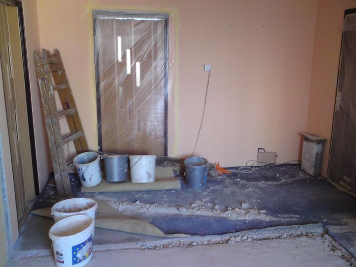Zbúrané steny - naľavo vchod do obyvačky, pred nami do spálne, vpravo vchodové dvere...