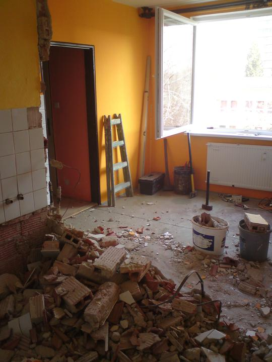 Padla priečka medzi bývalou kúpeľňou a kuchyňou