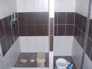 v ľavej časti bude sprcha, už sú doma aj dvere na ňu.... a vpravo je prívod pre pračku. Rozhodujem sa, či dať pračku sem alebo do wc pod bojler, aj tam sa zmestí a sem by som mohla dať skrinku a poličky na veci...
