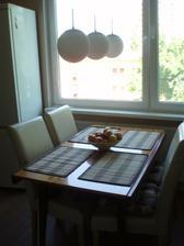 """stôl je ešte """"starý"""", hľadáme niečo lepšie, väčšie a slivku..."""