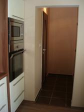 vľavo dvere do kúpeľne a vpravo do špajzky...