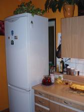 za chladničkou sú dvere do kúpeľky, ale sme to obchádzali...