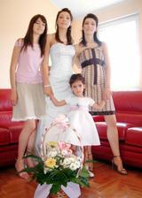 mlada sa sestrama i sestricinom
