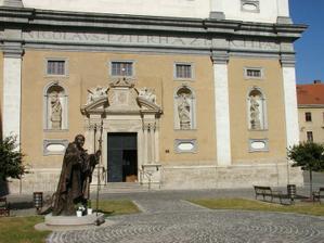 Aj exteriér - námestíčko so sochou pápeža Jána Pavla II.