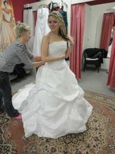 Ůplně první svatební šaty které jsem na sobě měla...a moc se mi líbily..