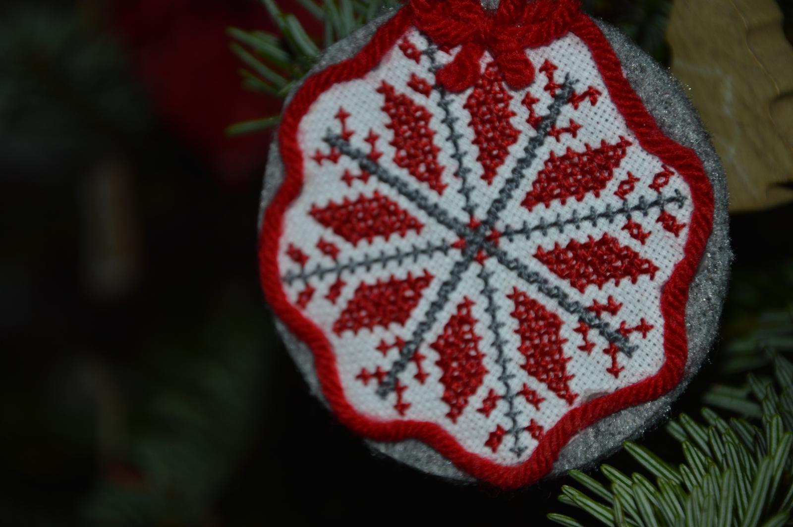 ★☆★Adventný a vianočný čas u nás ... ★☆★ 2015, 2016 - ručná výroba - ozdobka snehová vločka už na strome :-)