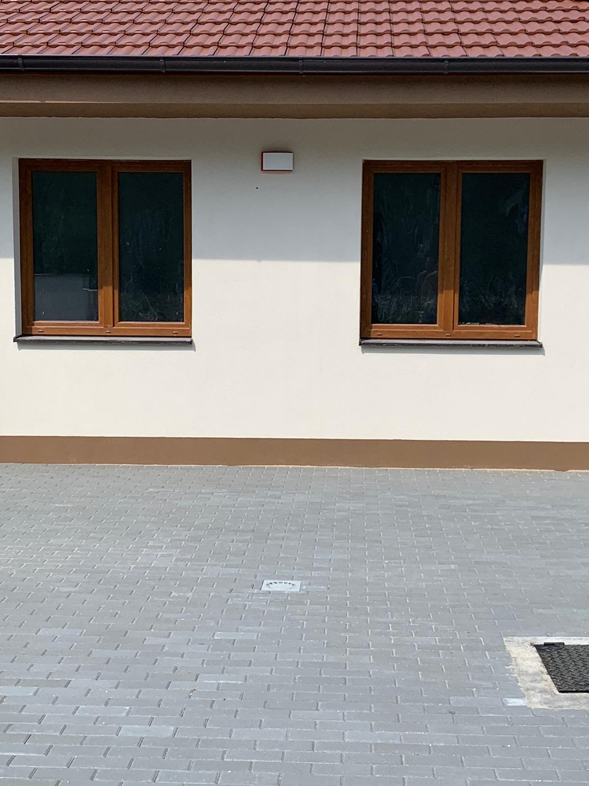 Ahojte ako by ste vyriešili vysadbu v tejto prednej časti domu ??? Je tam parkovanie pre dve autá ale trocha zelene si to pýta... - Obrázok č. 2