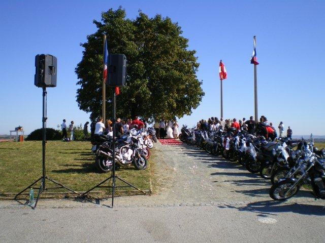 boris_stanek - Ozvučení obřadu motorkářské svatby na Žuráni u Brna za pomocí elektrocentrály Honda