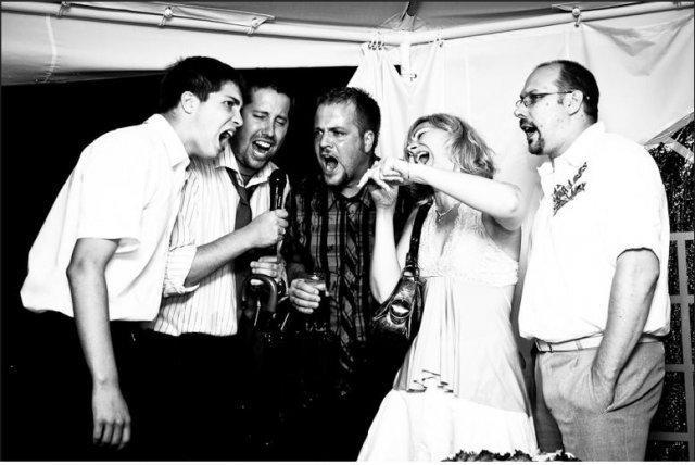 boris_stanek - Karaoke na plný pecky! Pěkná svatba, bohužel v dešti, ale jak vidíte zábava je v plném proudu i pod party stanem :-)