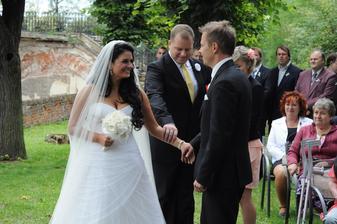 takto se předává nevěsta v provedení mého svědka :-)