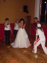 překvapení večera pro nevěstu. Ségry, sestřenka a můj svědek mi udělali Lunetic revival. Jejich zpěv stál skutečně zato! :-D
