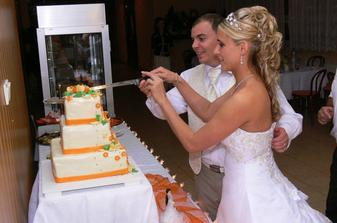 Krájení svatebního dortu