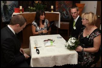 Normálně tu sedí i nevěsta, ale já byla schovaná