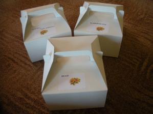 začínám skládat a zdobit krabičky na výslužky,ještě na ně dám nějaké mašle:)))