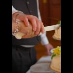 společně krájíme svatební dort......