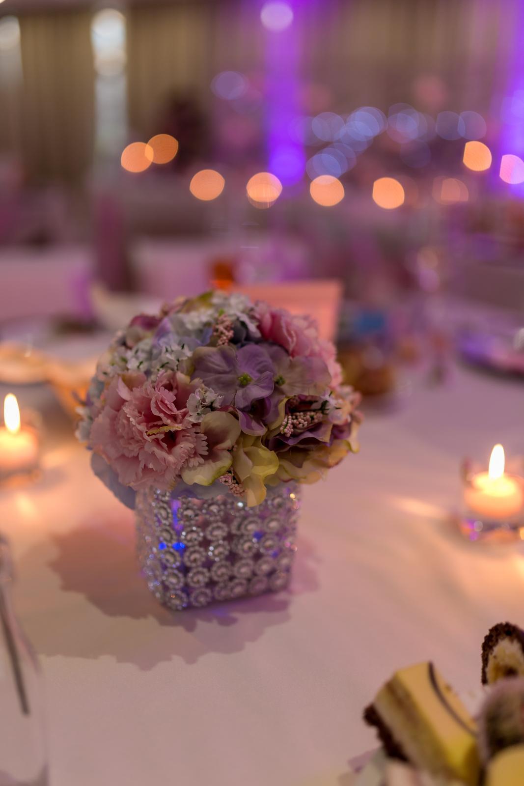 ♥ Vikulka{{_AND_}}Peťo ♥ - Stredová vázička :) Hranaté vázičky som kúpila a tie diamantikové návleky a kvety som vyrábala sama :)