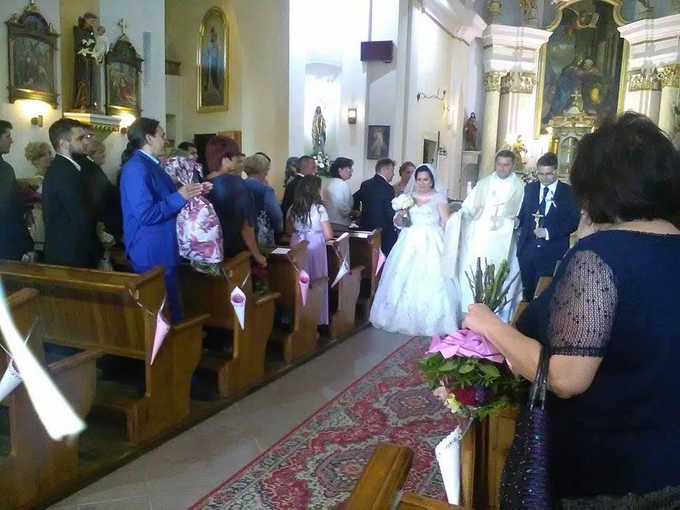 ♥ Vikulka{{_AND_}}Peťo ♥ - Foto z mobilu : Ideme z kostolíííka von :) Už manželia :)