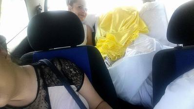 Moja hlavná družica vzadu s mojimi všetkými 4 šatami :D chudera :D ešte ze je taká štíhla :D