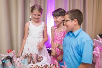Deti vyjedajú Candy Bar :D