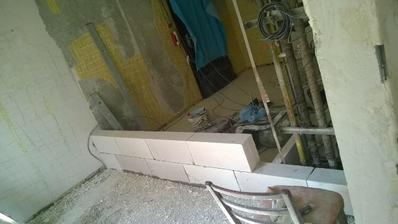 zamurovanie chodby cez ktorú sa išlo do kuchyne, zväčšenie kúpelky aj kuchyne