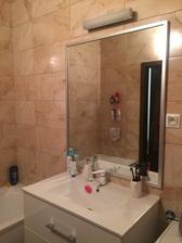 júúúúúchuuuu už konečne namontované zrkadlo a svetlo teším sa :-) , hned je to iné... kúpelka už finitooooo