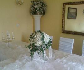 biele ruže a veľa brečtanu