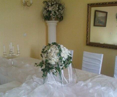 Michal a Barbora : Príprava na našu elfskú svadbu - biele ruže a veľa brečtanu