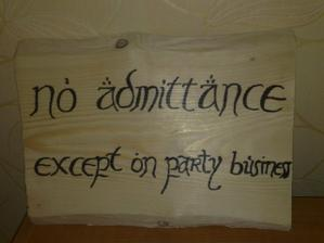 VSTUP LEN V SÚVISLOSTI S OSLAVOU (v angličtine to znie originálnejšie) - Bilbo to mal na dverách pred oslavou jeho 111.narodenín